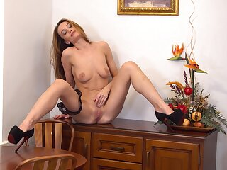 Stunning cougar Marel Dew pleasures say no to cunt with say no to fingers